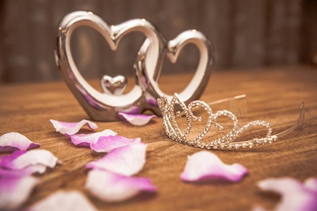 La giovane donna confeziona regali in occasione dell'occasione come compleanno, san valentino, matrimonio, capodanno, onomastico, festa del papà, festa della mamma Foto Premium