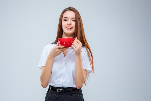 La giovane donna d'affari sulla parete grigia Foto Gratuite