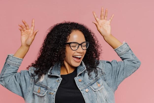 La giovane donna dalla pelle scura balla dalla felicità Foto Premium