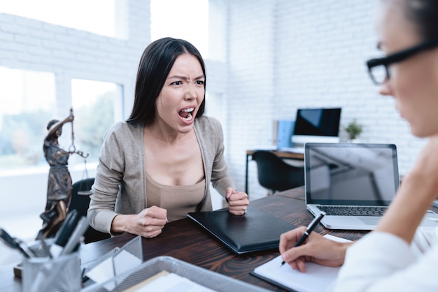 La giovane donna è venuto al concetto di divorzio dell'avvocato Foto Premium