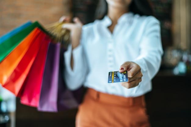 La giovane donna gode dello shopping con le carte di credito. Foto Gratuite