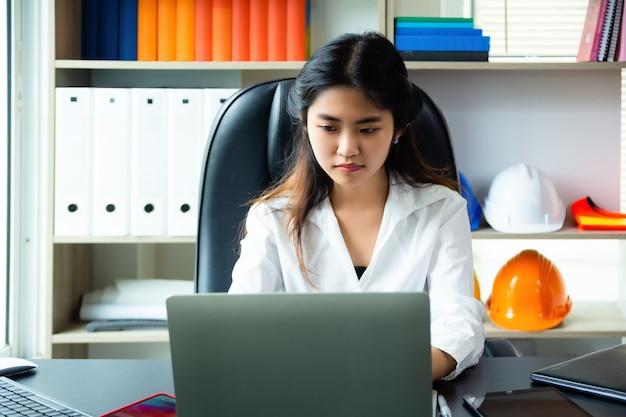 La giovane donna ha problemi durante il lavoro in ufficio Foto Gratuite