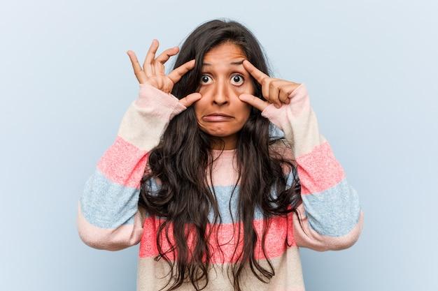 La giovane donna indiana di modo che tiene gli occhi si è aperta per trovare un'opportunità di successo. Foto Premium