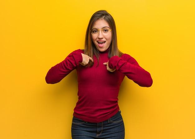 La giovane donna intellettuale è sorpresa, si sente di successo e prospera Foto Premium