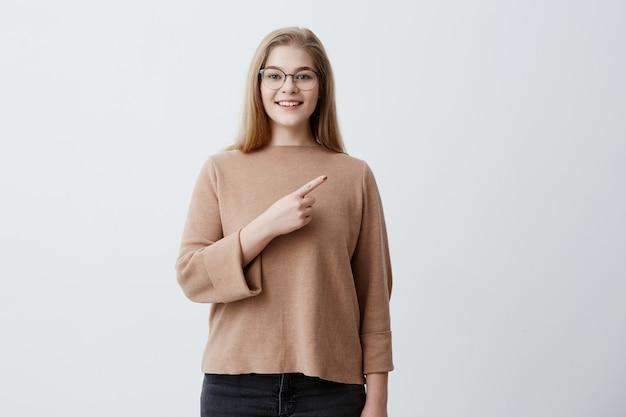 La giovane donna positiva con capelli biondi, che indossa ...