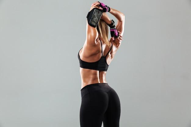 La giovane donna splendida di sport fa gli esercizi di sport Foto Gratuite