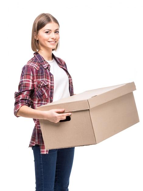 La giovane donna sta tenendo una scatola di carta. Foto Premium