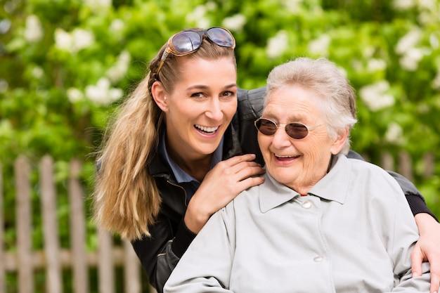 La giovane donna sta visitando sua nonna nella casa di cura Foto Premium