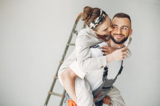 La giovane e simpatica coppia ripara la stanza Foto Gratuite