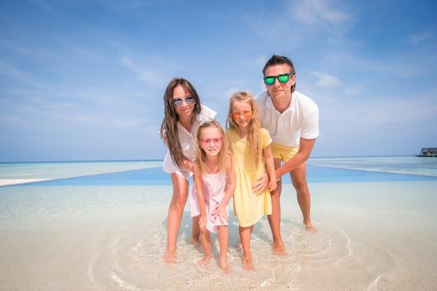 La giovane famiglia in vacanza si diverte molto Foto Premium