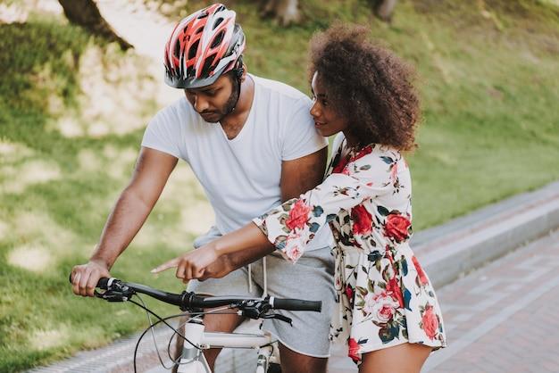 La giovane ragazza latina sta insegnando al boylfriend al ciclo Foto Premium