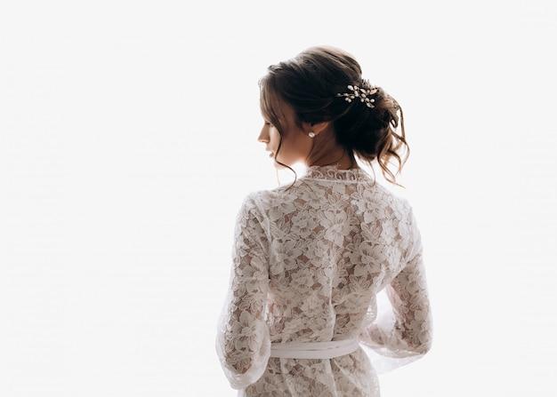 La giovane sposa indossa un bel vestito da sposa Foto Gratuite