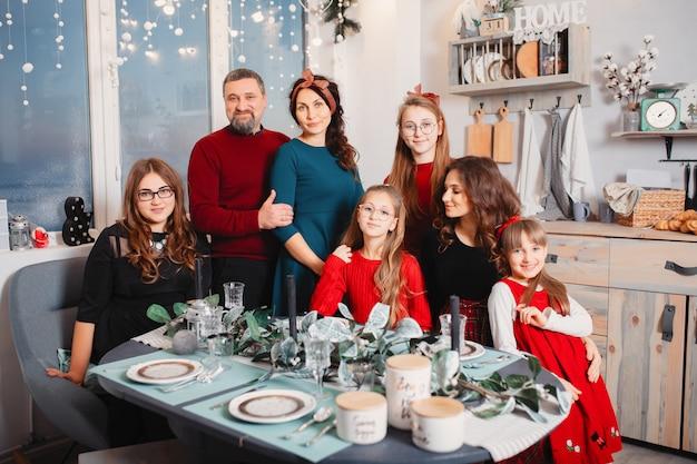 La grande famiglia con quattro figlie trascorre del tempo a casa Foto Gratuite
