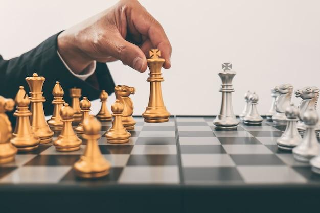 La leadership dell'uomo che gioca a scacchi e pensa al piano strategico sull'incidente rovescia la squadra opposta Foto Premium