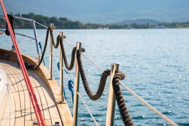 La linea di ormeggio è avvolta sulla ringhiera. preparazione per la partenza in mare aperto. Foto Premium