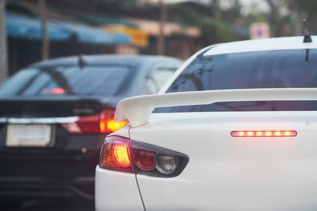 La luce posteriore o posteriore della lampada sul lavoro si illumina in rosso per segnale di stop o freno o segnale su strada Foto Premium