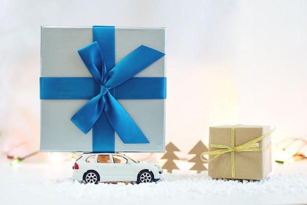 La macchinina porta il regalo sul tetto per natale Foto Premium