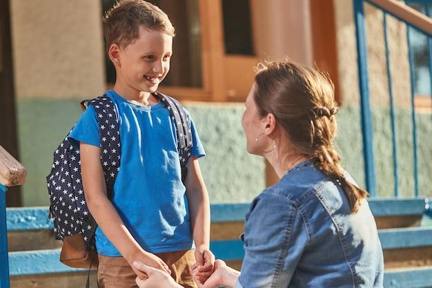La madre accompagna il bambino a scuola Foto Premium