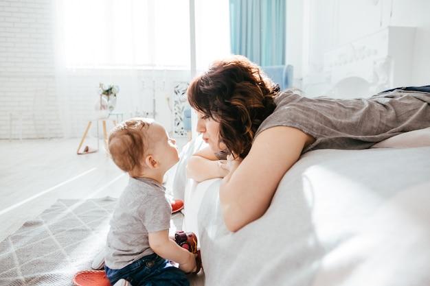 La madre che ammira da suo figlio Foto Gratuite
