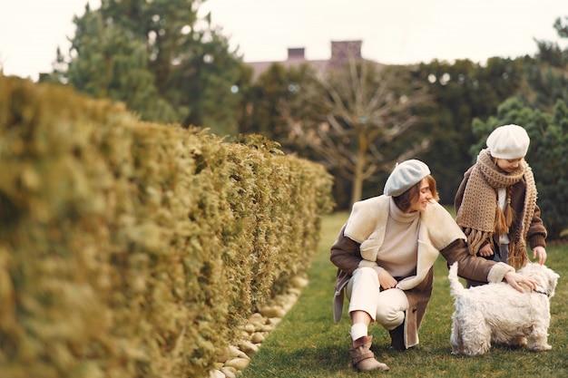 La madre con la figlia cammina con un cane Foto Gratuite