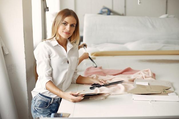 La madre con la piccola figlia misura il tessuto per cucire Foto Gratuite