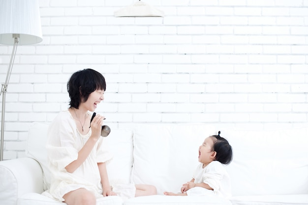 La madre e il bambino si affrontano e giocano un gioco divertente. Foto Premium
