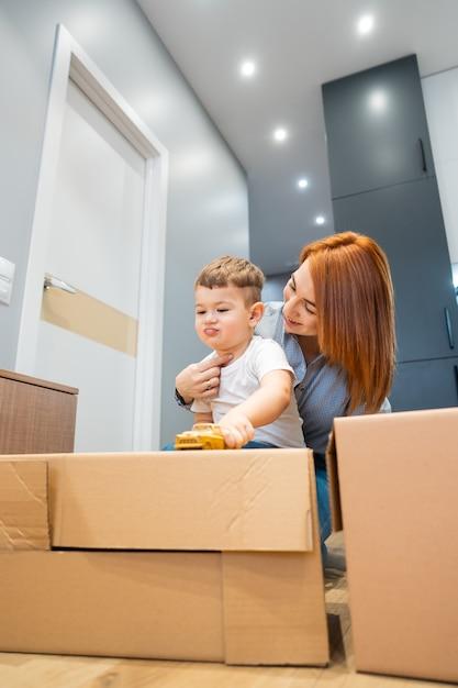 La madre e il figlio piccolo giocano con un giocattolo in casa Foto Gratuite