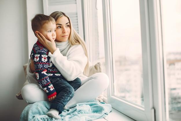 La madre e il figlio piccolo si divertono a casa Foto Gratuite
