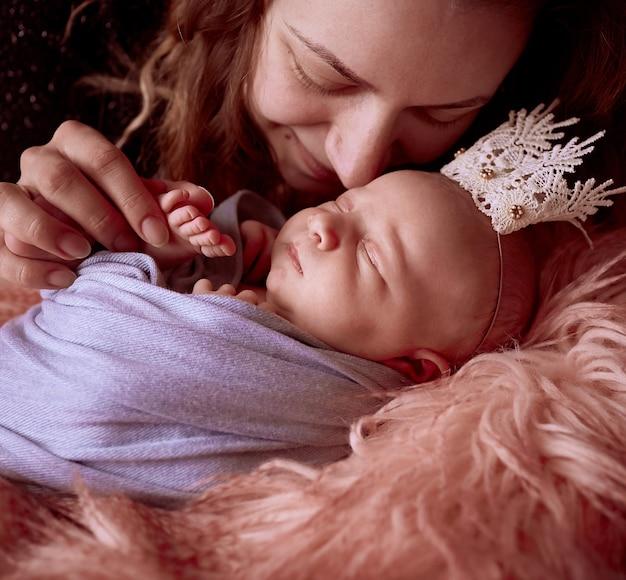 La madre seduta vicino a sua figlia Foto Gratuite