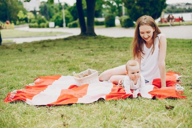 La mamma e il figlio si rilassano nel parco. Foto Gratuite