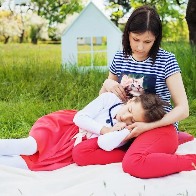 La mamma passa il tempo con la sua piccola figlia nel parco. piazza. Foto Premium