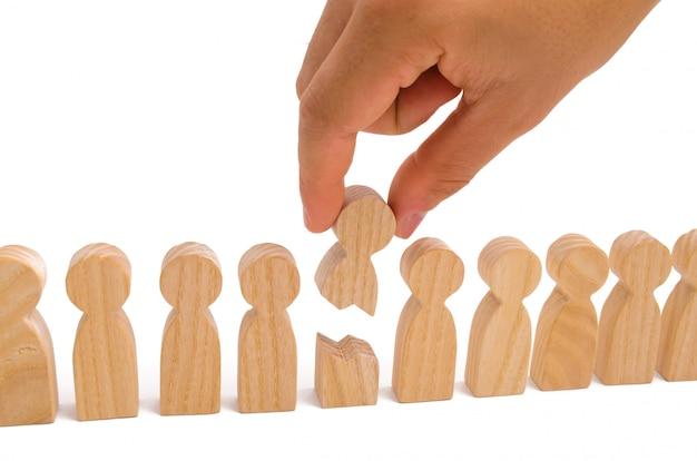 La mano collega le due parti della persona insieme. il concetto di un anello debole. Foto Premium