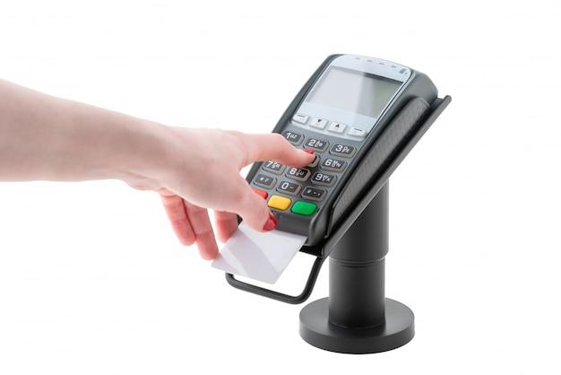 La mano compone il codice pin sul terminale di pagamento isolato su superficie bianca Foto Premium