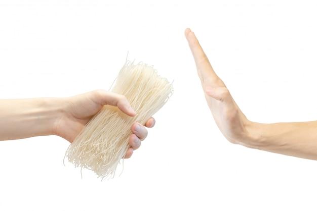 La mano degli uomini non prendeva la pasta di riso. Foto Premium