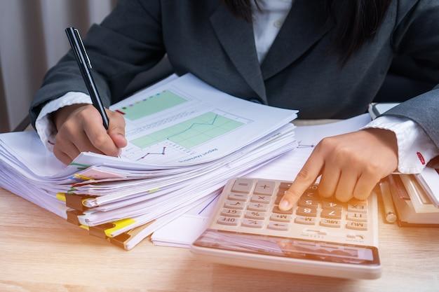 La mano del ragioniere calcola il rapporto finanziario che conta il controllo dei dati finanziari che analizzano il documento Foto Premium