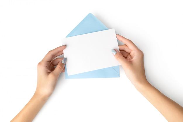 La mano della donna con la lettera olografica alla moda della tenuta del manicure Foto Premium