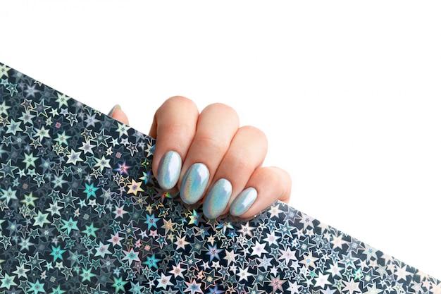 La mano della giovane donna adulta con le unghie alla moda olografiche Foto Premium