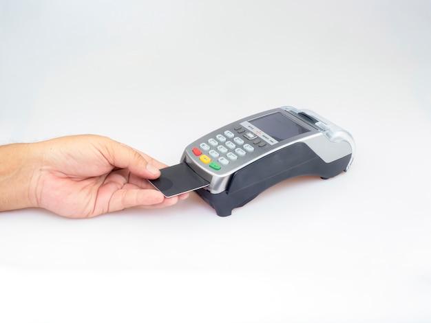 La mano spinge la carta in bianco nera dentro alla carta di credito Foto Premium