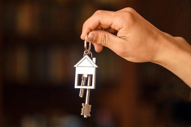 La mano tiene le chiavi dell'appartamento o della casa Foto Premium