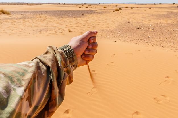 La mano versa la sabbia Foto Premium
