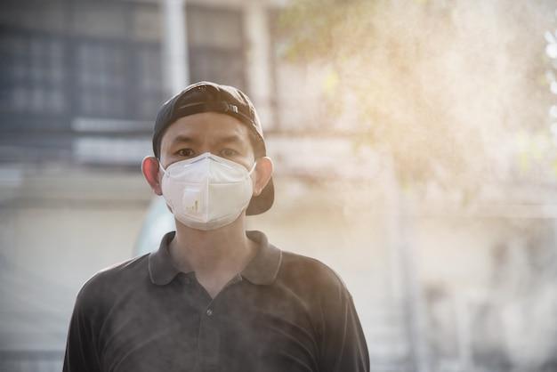 La maschera d'uso dell'uomo protegge nell'ambiente dell'inquinamento atmosferico Foto Gratuite