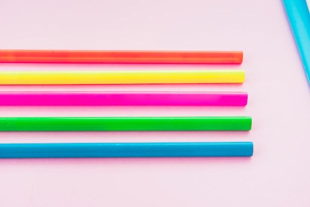 La matita variopinta ha sistemato nella fila sul contesto normale Foto Gratuite