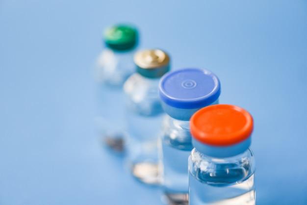 La medicina imbottiglia il vetro per l'ago della iniezione della siringa - strumento medico dell'attrezzatura della bottiglia della droga del farmaco per l'infermiere o medico Foto Premium