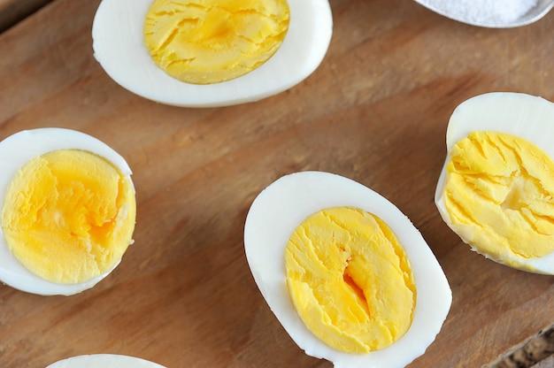 La metà delle uova con il tuorlo giallo Foto Premium