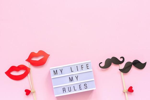 La mia vita le mie regole testo lightbox, paio di carta baffi puntelli labbra rosa Foto Premium