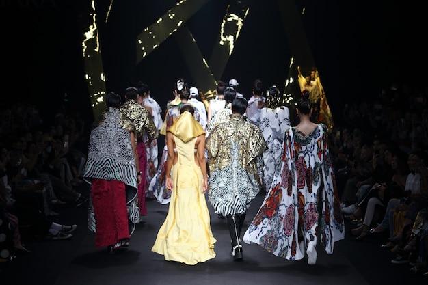 La modella torna sullo specchio della sfilata di moda Foto Premium