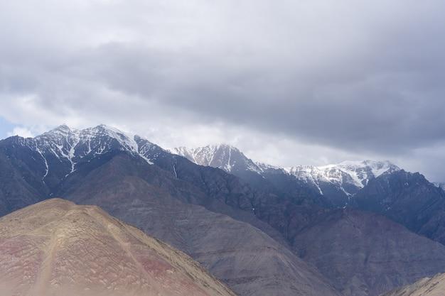La montagna della regione himalayana indiana settentrionale la sezione dell'himalaya Foto Premium