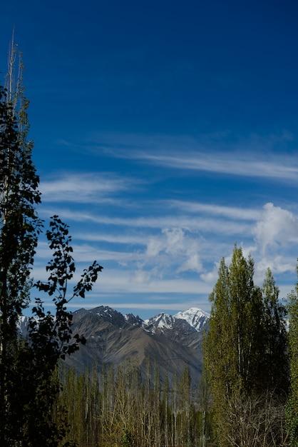 La montagna di himaraya con cielo blu Foto Premium
