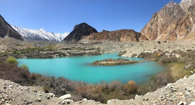 La montagna di vista di panorama di gupis lungo la gamma di montagne di hindush di kush, settentrionale del pakistan. Foto Premium
