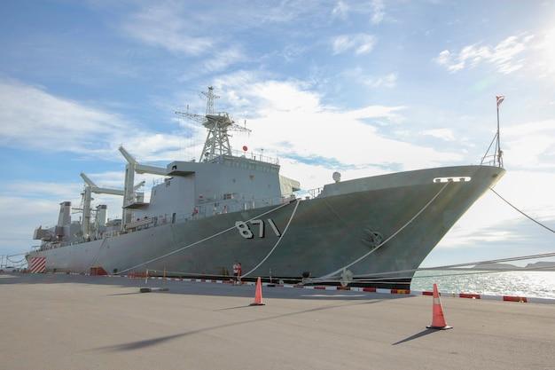 La nave da guerra codice 871 si ferma vicino a htms chakri naruebet è la più grande nave da guerra militare tailandese a chonburi, in thailandia Foto Premium